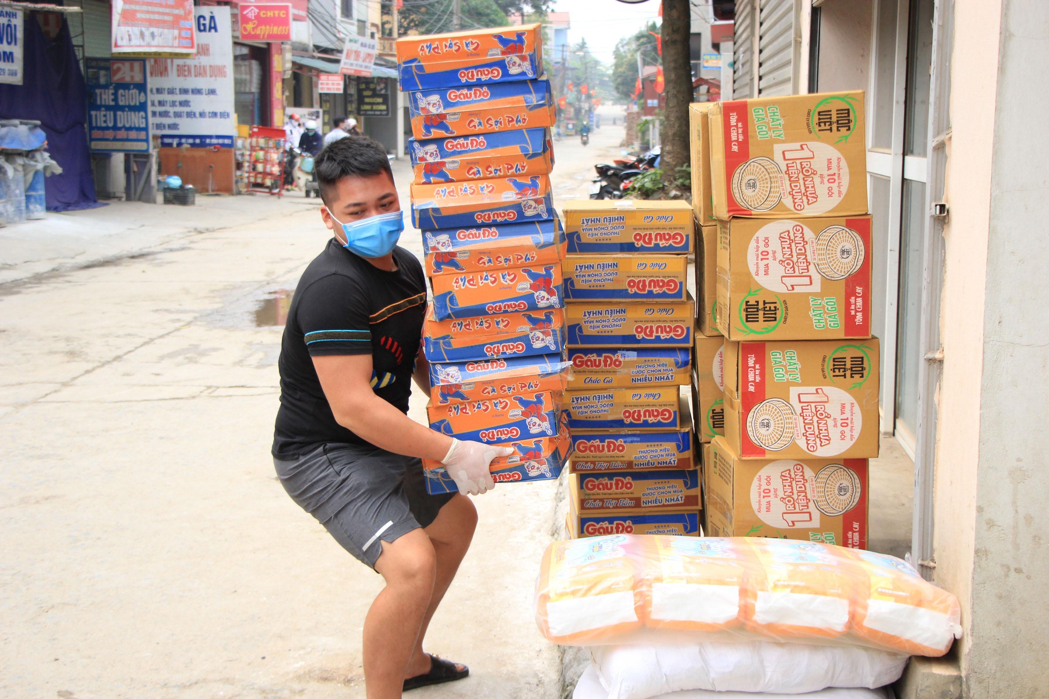 Tiếp tế lương thực qua rào cách ly tại ổ dịch Hạ Lôi - 7