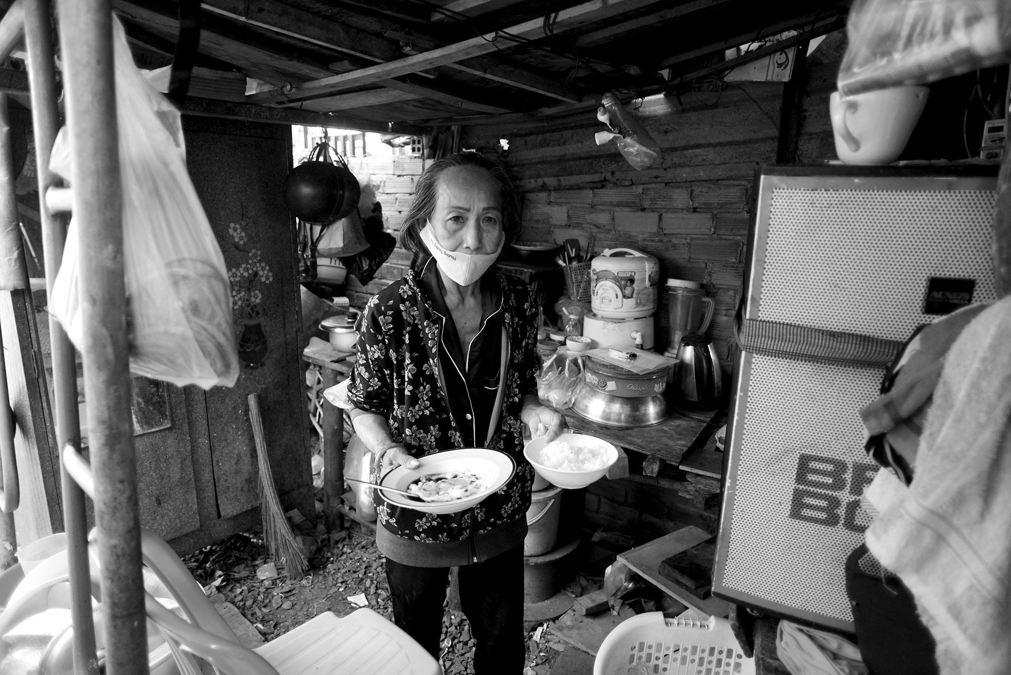 Bà nghỉ bán vé số, đổi xe đạp lấy 30 nghìn mua thức ăn cho cháu - 14