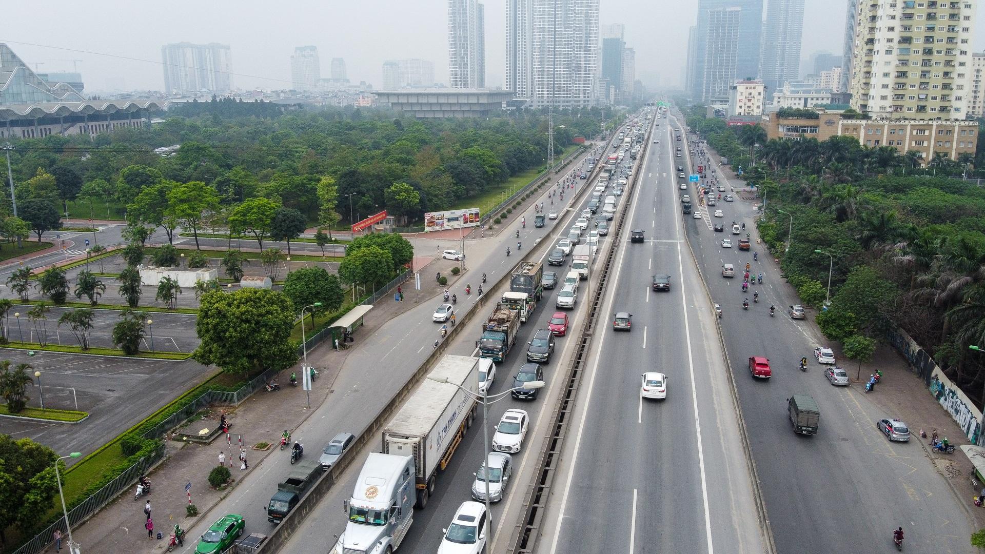 Hà Nội: Hình ảnh ô tô không lối thoát tại đường vành đai 3 trên cao - 2