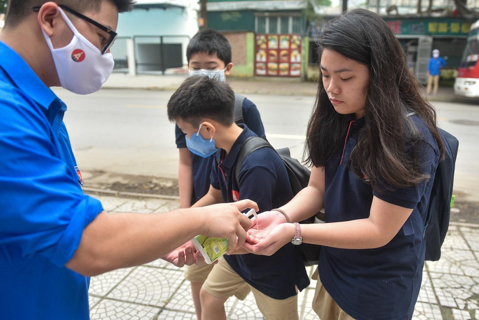 Tiết học đầu tiên giàu cảm xúc của học sinh Hà Nội sau 3 tháng nghỉ dịch - 17
