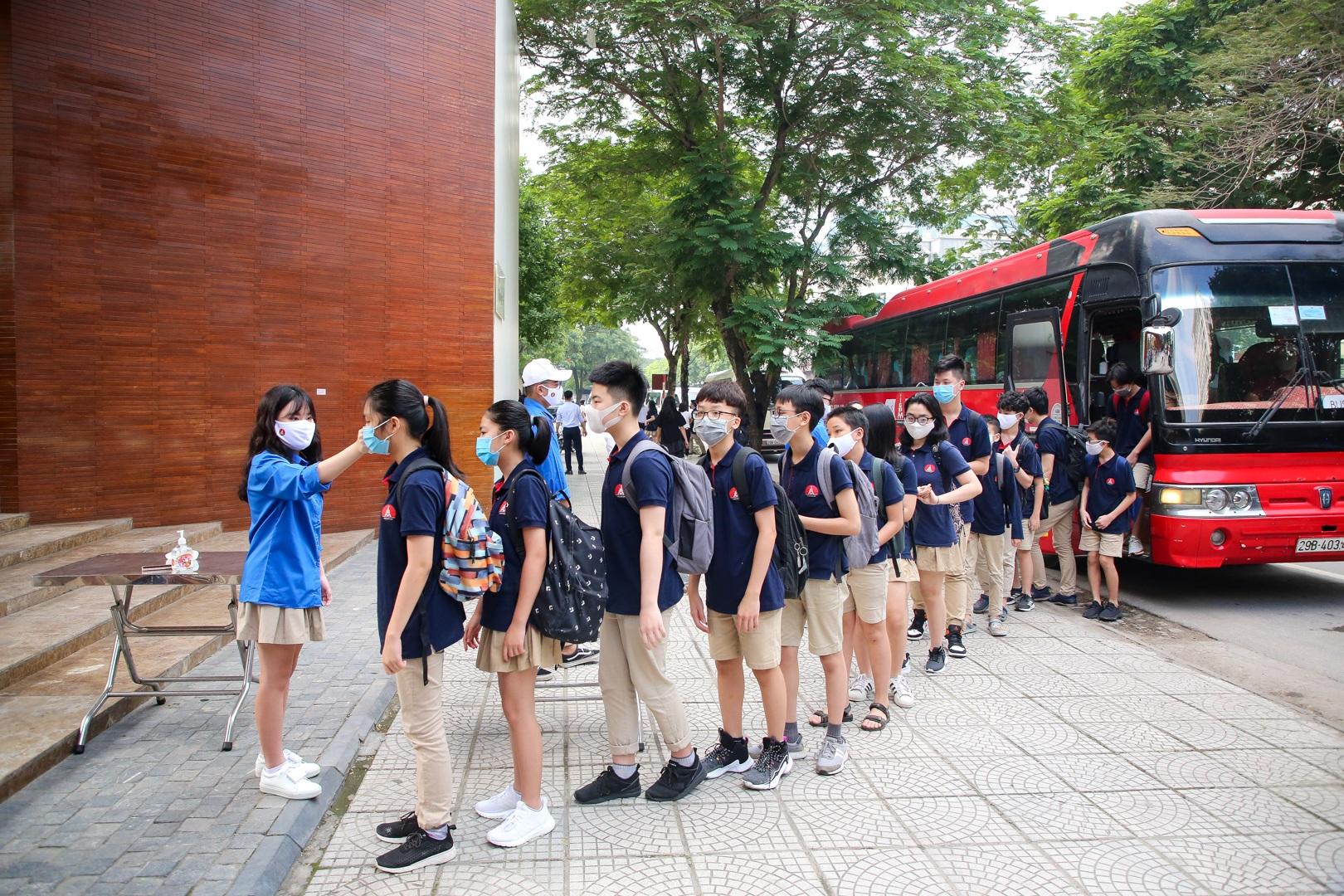 Tiết học đầu tiên giàu cảm xúc của học sinh Hà Nội sau 3 tháng nghỉ dịch - 16