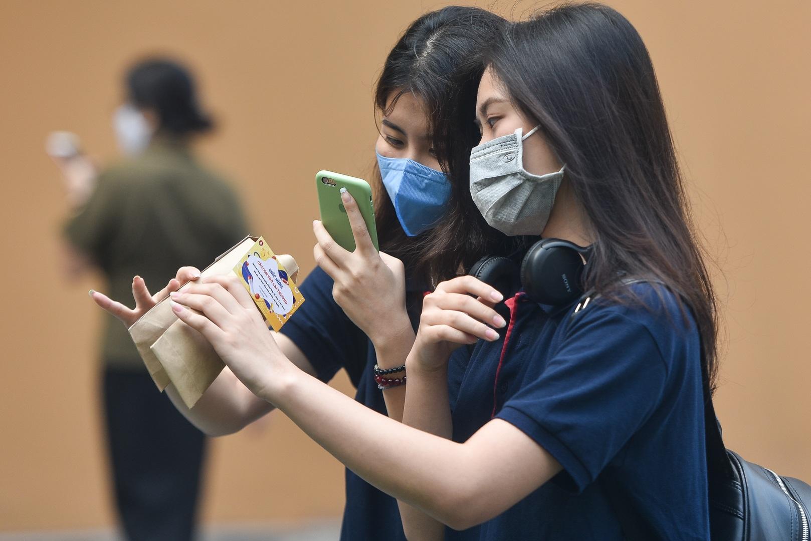 Tiết học đầu tiên giàu cảm xúc của học sinh Hà Nội sau 3 tháng nghỉ dịch - 1