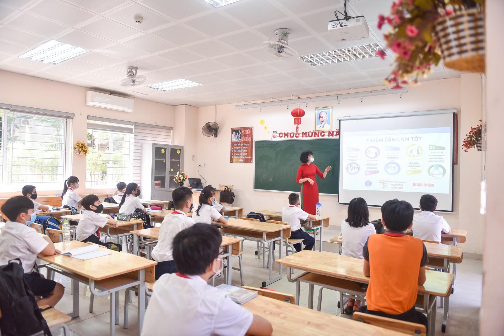 Tiết học đầu tiên giàu cảm xúc của học sinh Hà Nội sau 3 tháng nghỉ dịch - 13