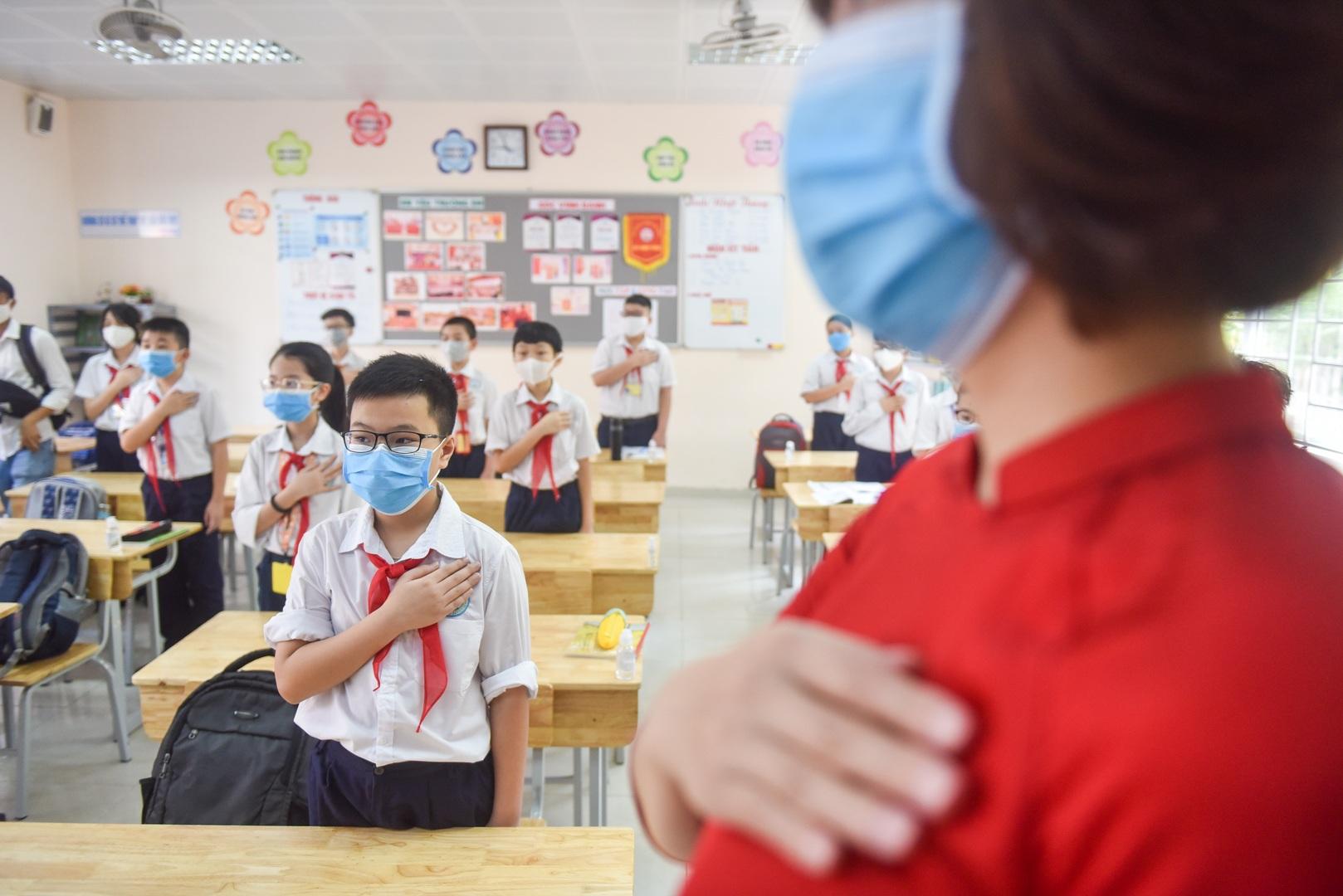 Tiết học đầu tiên giàu cảm xúc của học sinh Hà Nội sau 3 tháng nghỉ dịch - 10