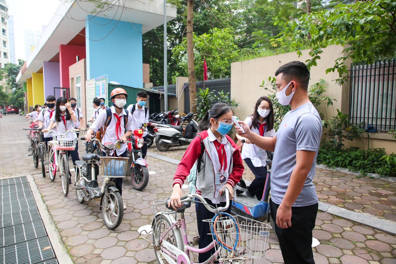 Tiết học đầu tiên giàu cảm xúc của học sinh Hà Nội sau 3 tháng nghỉ dịch - 19