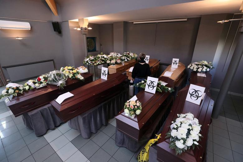Nhói lòng cảnh chôn cất người chết vì Covid-19 - 13