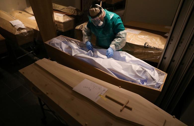 Nhói lòng cảnh chôn cất người chết vì Covid-19 - 16