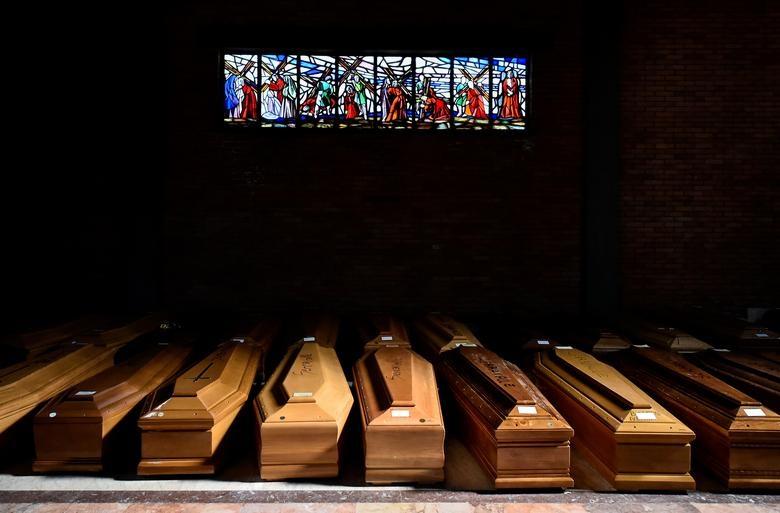 Nhói lòng cảnh chôn cất người chết vì Covid-19 - 17