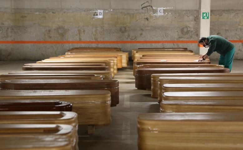 Nhói lòng cảnh chôn cất người chết vì Covid-19 - 18