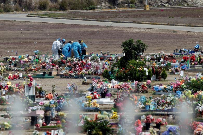Nhói lòng cảnh chôn cất người chết vì Covid-19 - 19