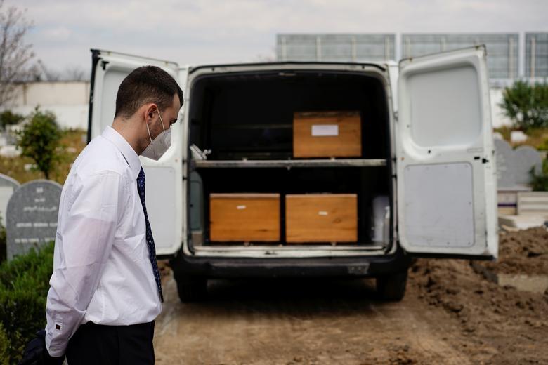Nhói lòng cảnh chôn cất người chết vì Covid-19 - 20