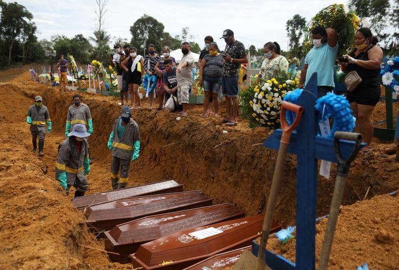 Nhói lòng cảnh chôn cất người chết vì Covid-19 - 5