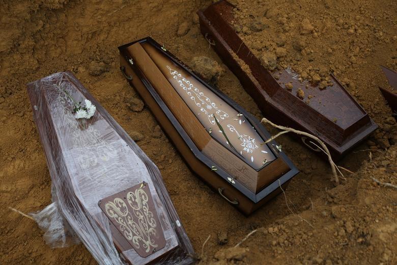 Nhói lòng cảnh chôn cất người chết vì Covid-19 - 6