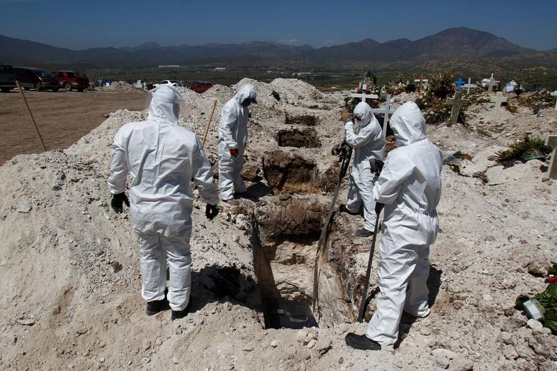 Nhói lòng cảnh chôn cất người chết vì Covid-19 - 7