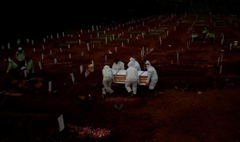 Nhói lòng cảnh chôn cất người chết vì Covid-19 - 9