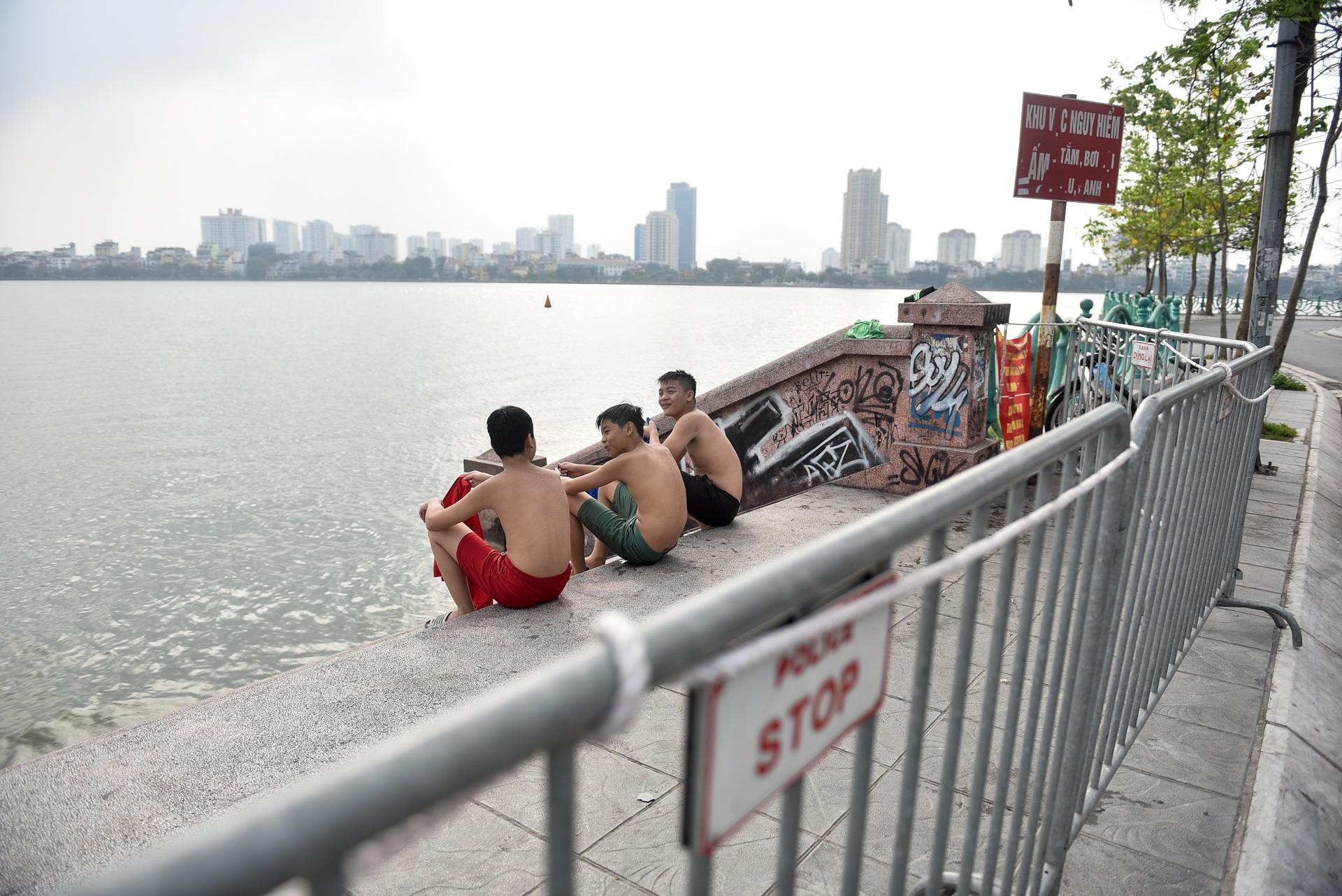 Hà Nội: Đua nhau vượt rào chắn Covid-19 xuống hồ Tây tắm giải nhiệt - 5