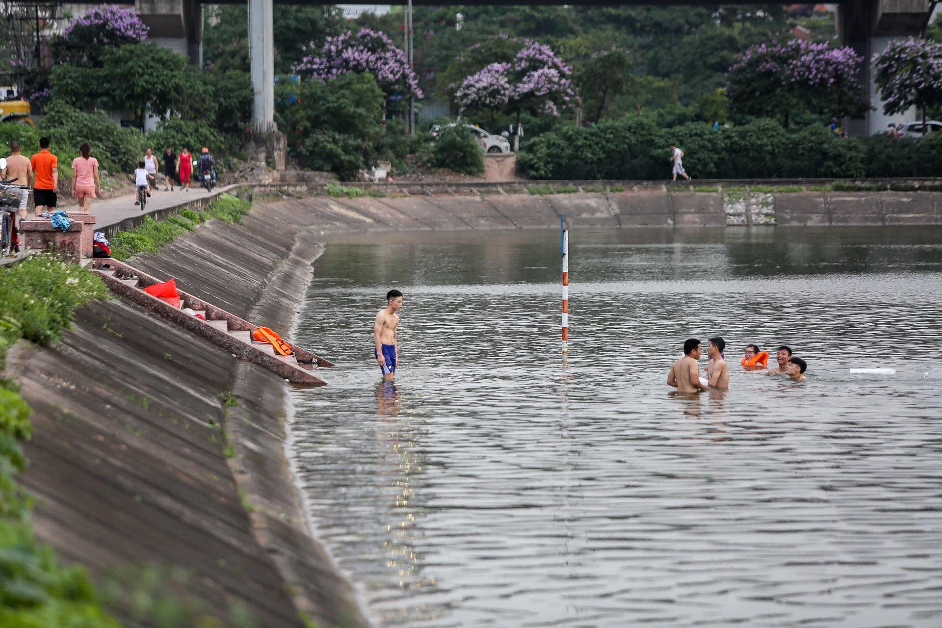 Hà Nội: Đua nhau vượt rào chắn Covid-19 xuống hồ Tây tắm giải nhiệt - 12