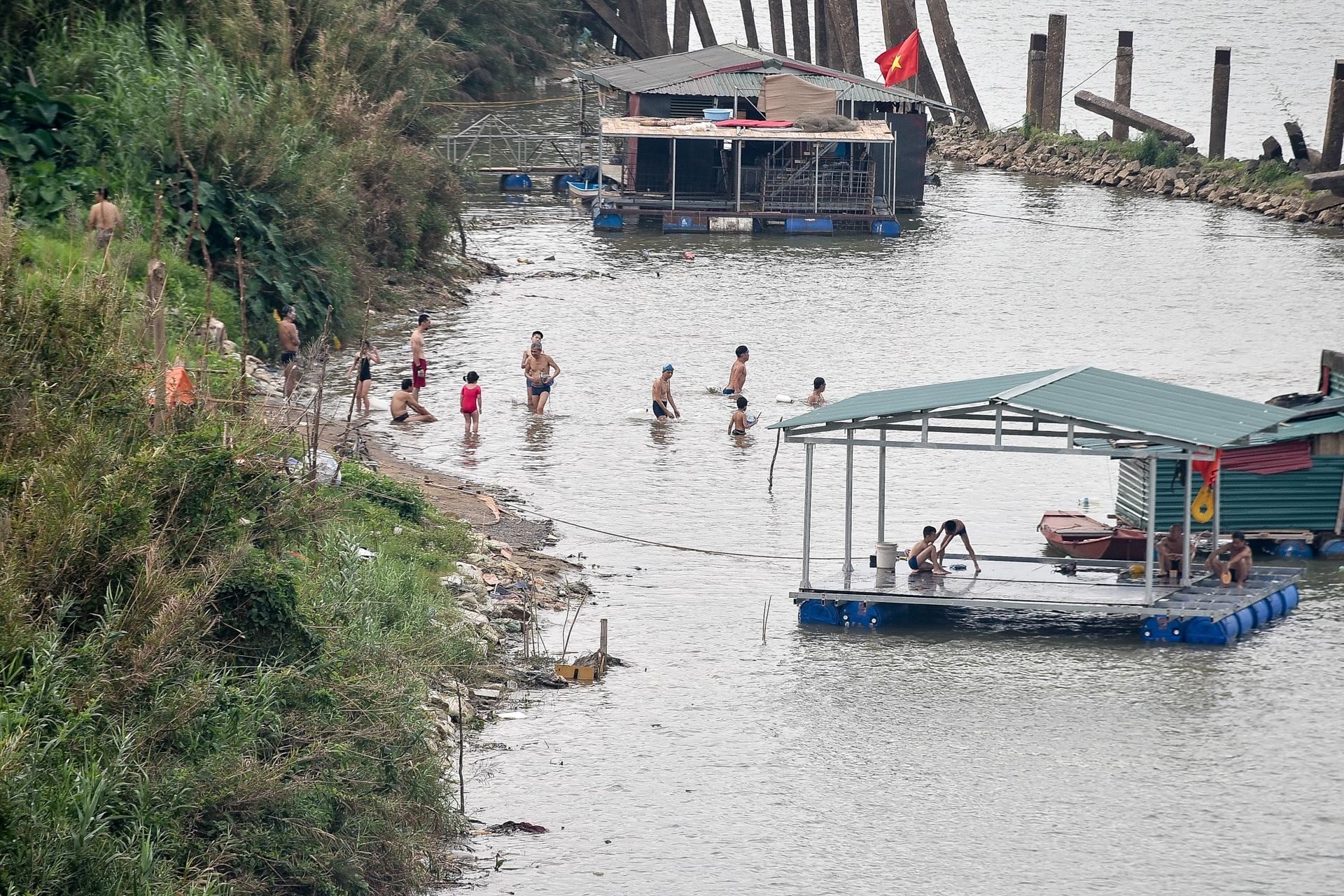Hà Nội: Đua nhau vượt rào chắn Covid-19 xuống hồ Tây tắm giải nhiệt - 15