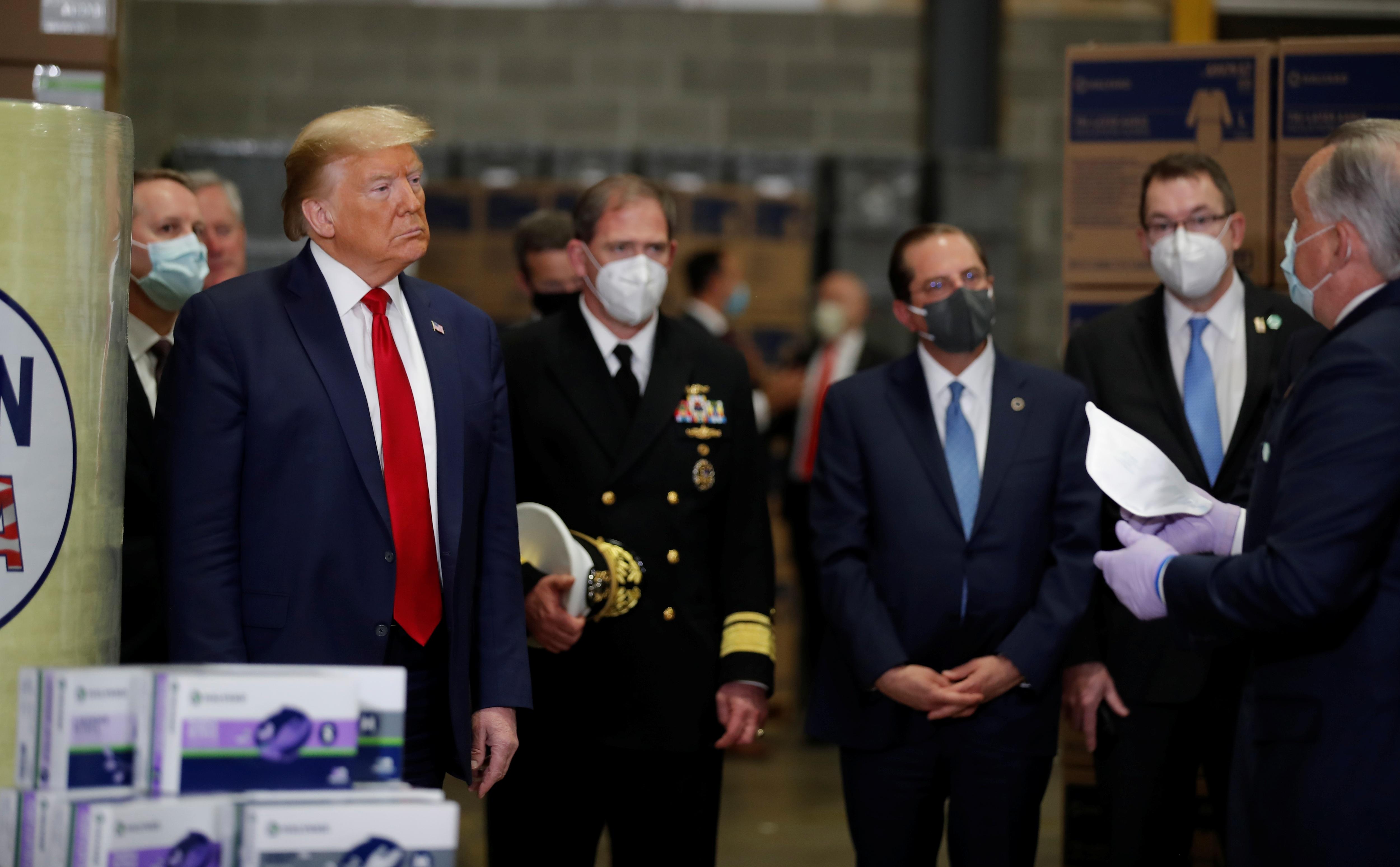 Ông Trump vẫn không đeo khẩu trang giữa nơi đông người - 2