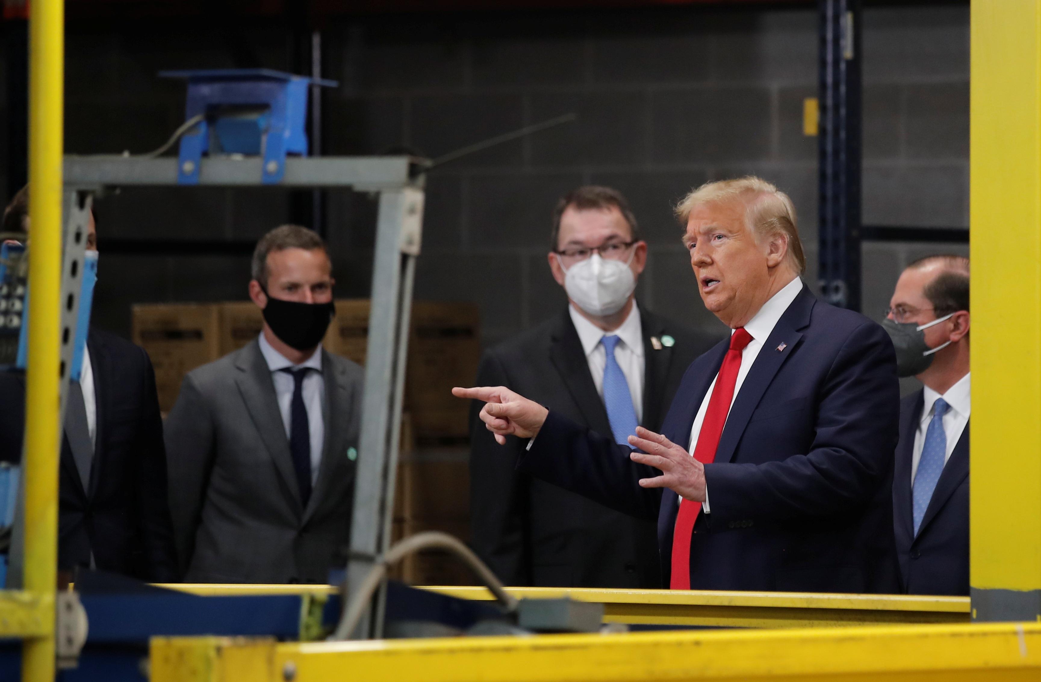 Ông Trump vẫn không đeo khẩu trang giữa nơi đông người - 10