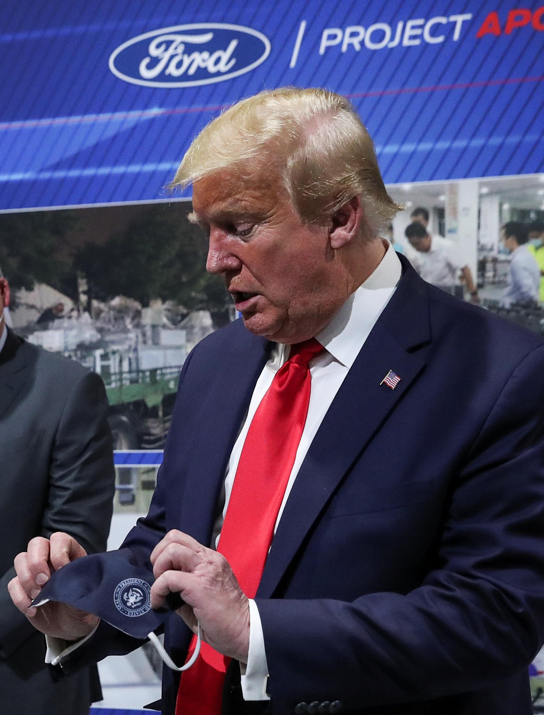 """Ông Trump chỉ đeo khẩu trang """"chớp nhoáng"""", không muốn báo chí nhìn thấy - 2"""
