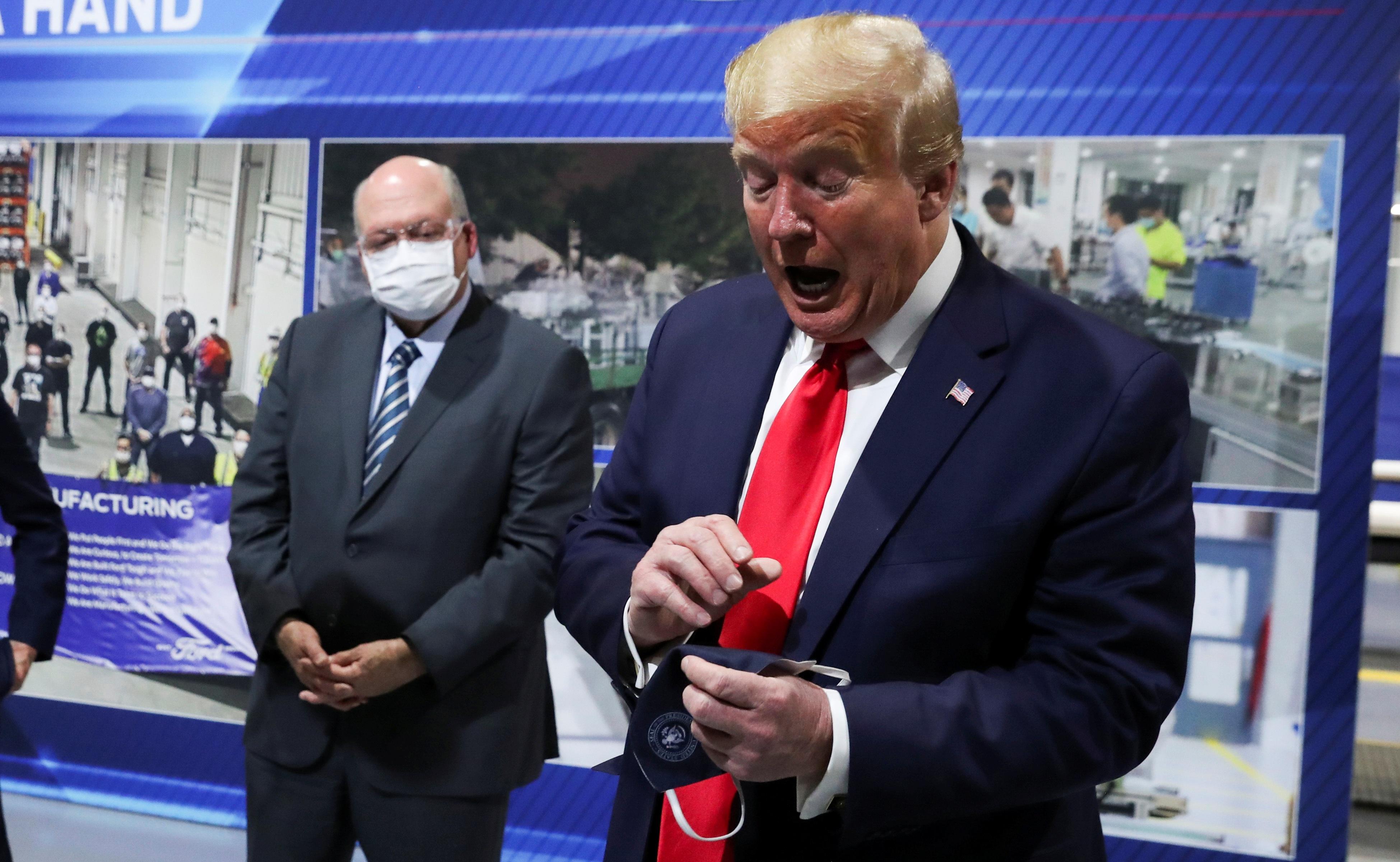 """Ông Trump chỉ đeo khẩu trang """"chớp nhoáng"""", không muốn báo chí nhìn thấy - 5"""
