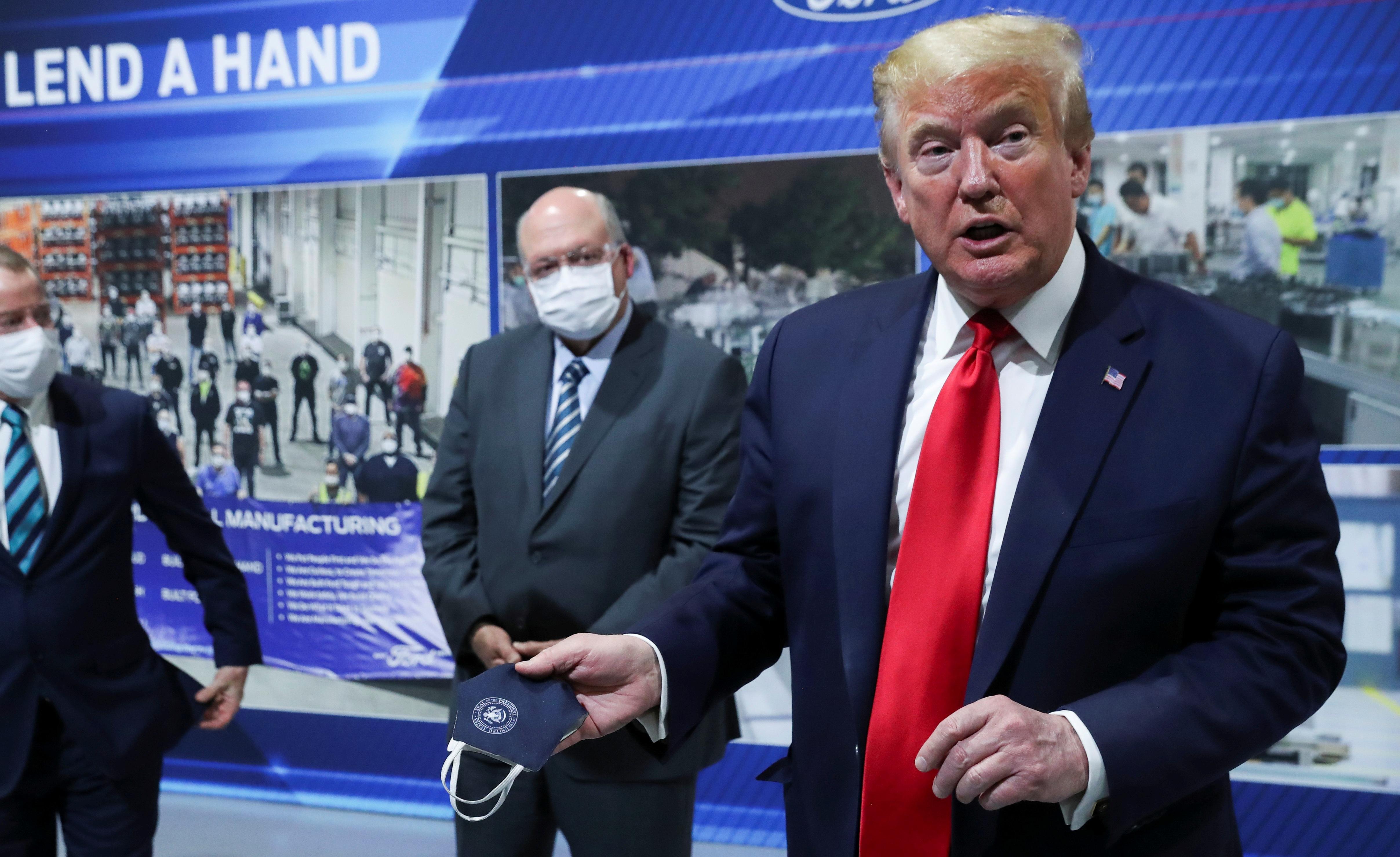 """Ông Trump chỉ đeo khẩu trang """"chớp nhoáng"""", không muốn báo chí nhìn thấy - 1"""