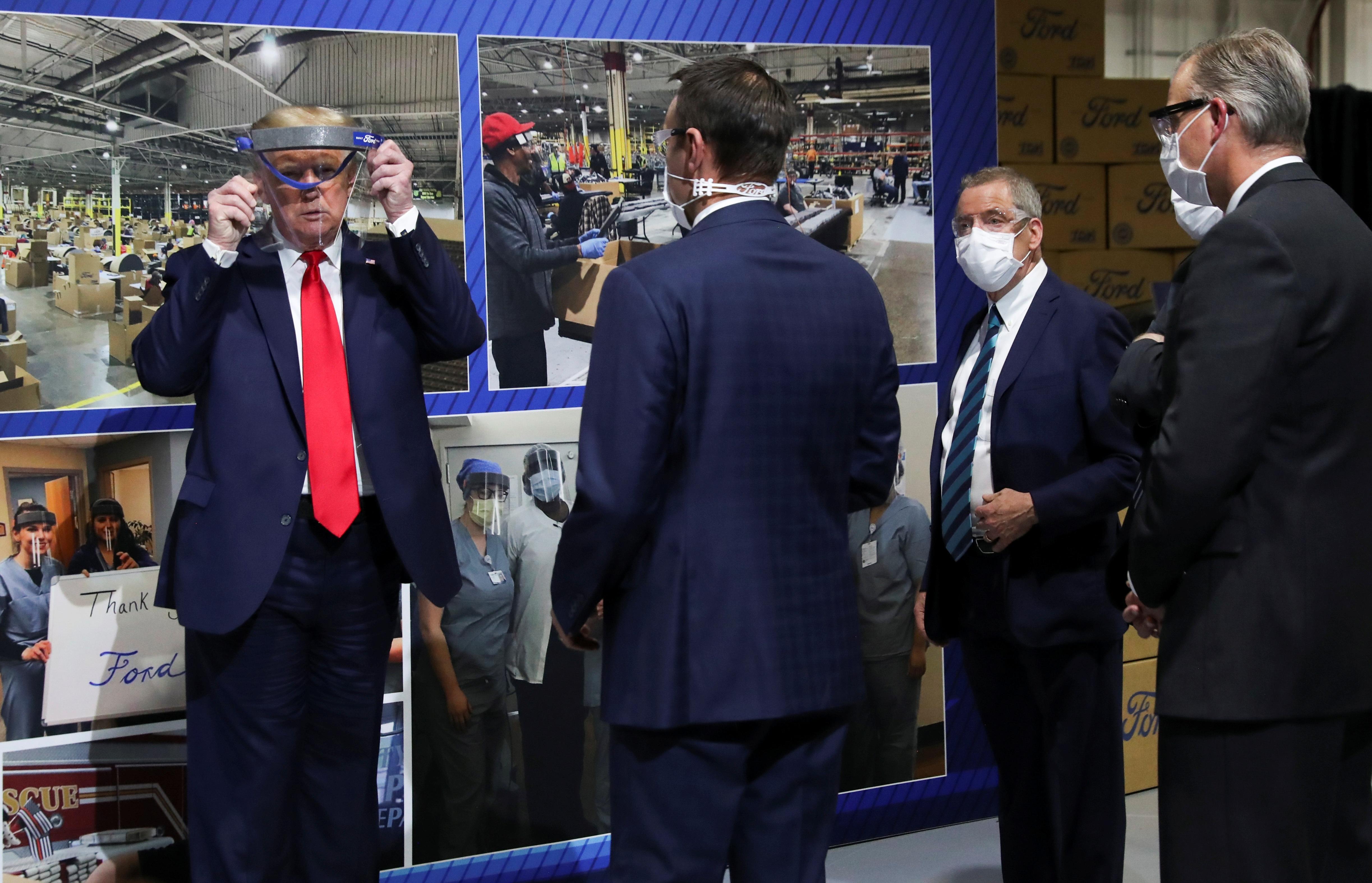 """Ông Trump chỉ đeo khẩu trang """"chớp nhoáng"""", không muốn báo chí nhìn thấy - 7"""
