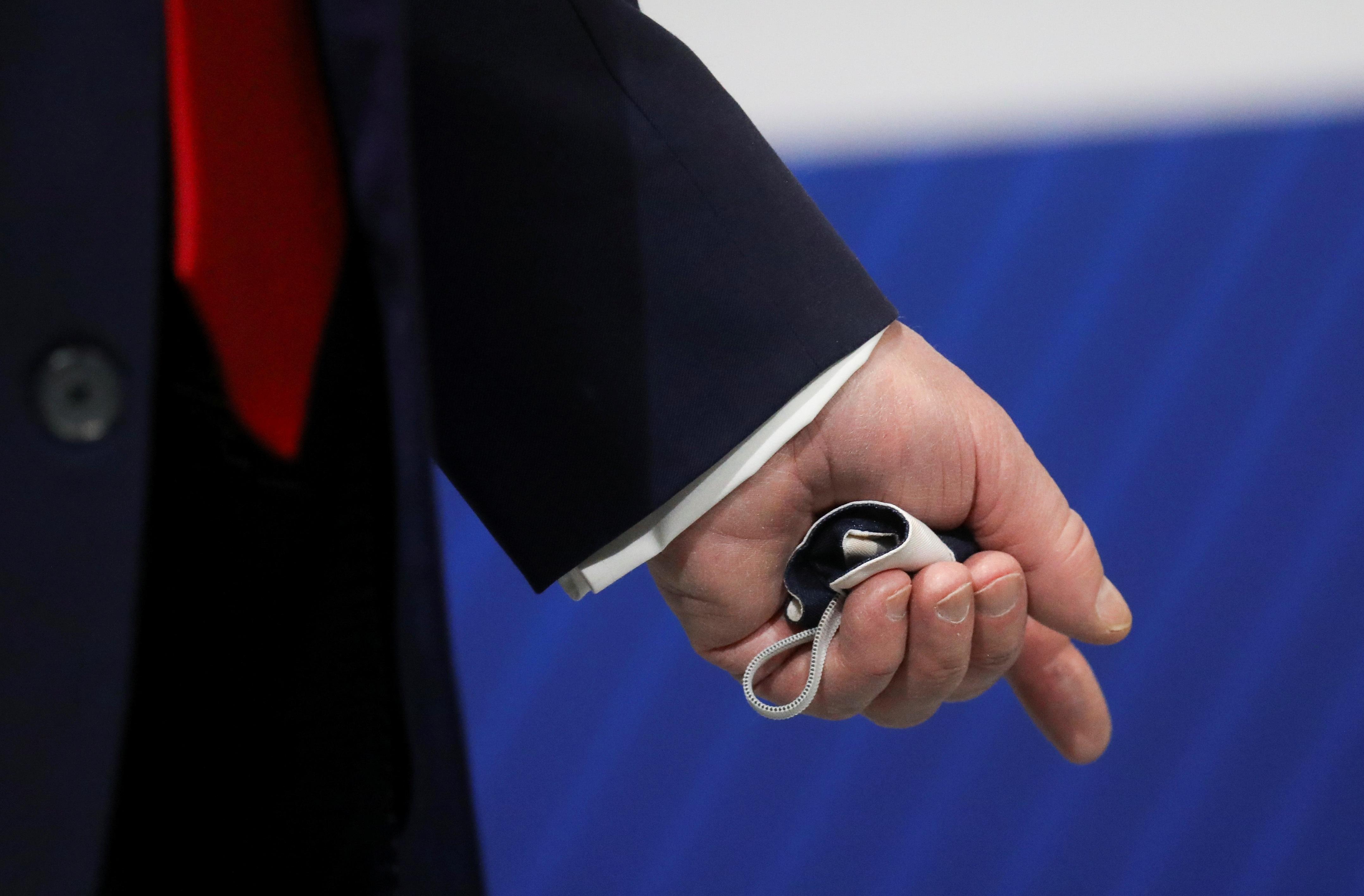 """Ông Trump chỉ đeo khẩu trang """"chớp nhoáng"""", không muốn báo chí nhìn thấy - 4"""
