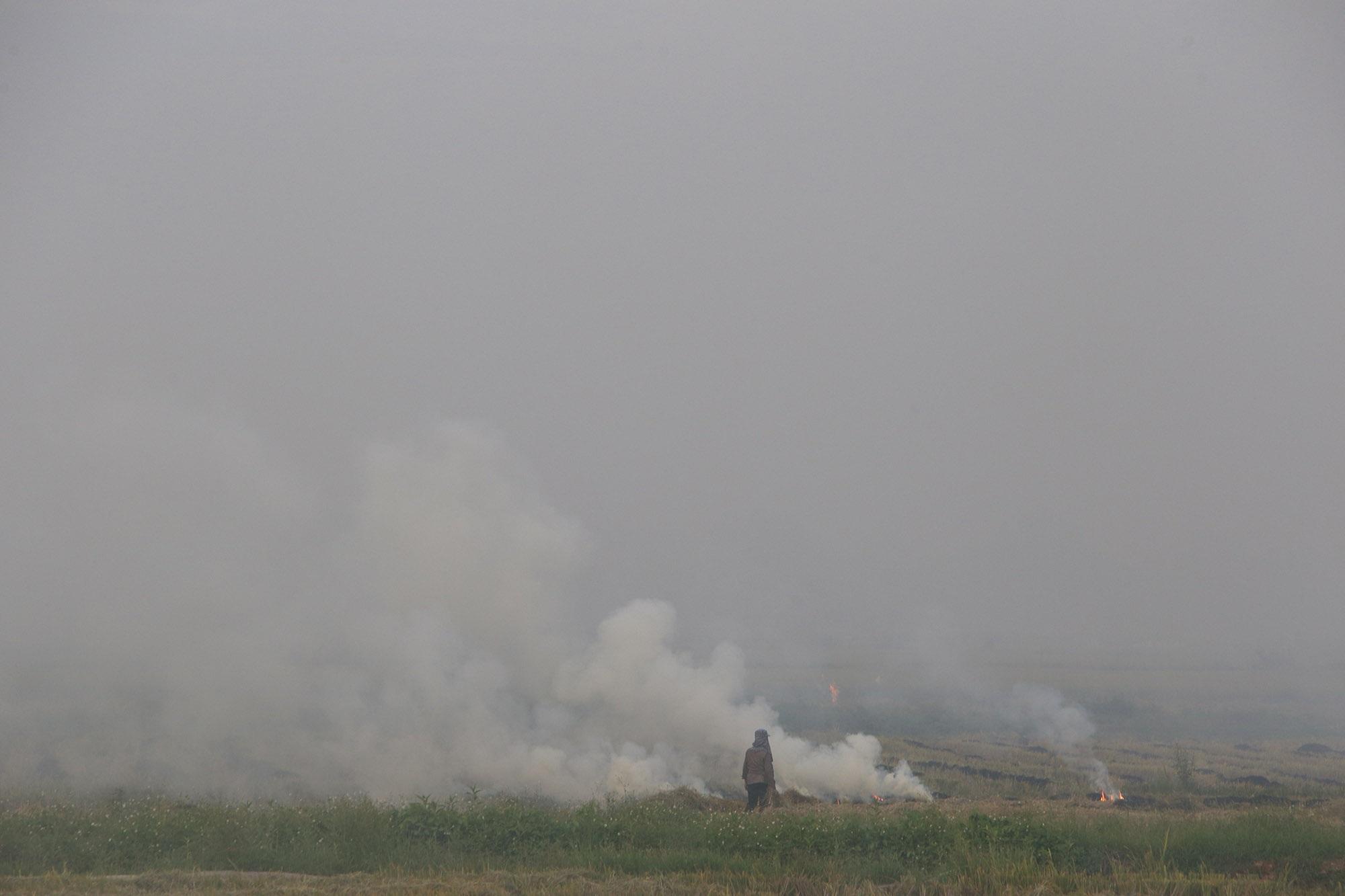 Cảnh khói trắng đặc quánh bao phủ cửa ngõ Hà Nội - 1
