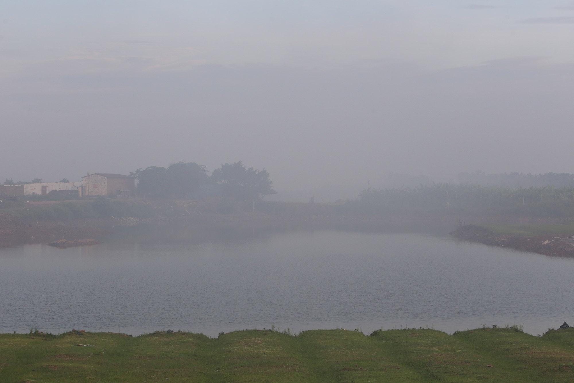 Cảnh khói trắng đặc quánh bao phủ cửa ngõ Hà Nội - 10
