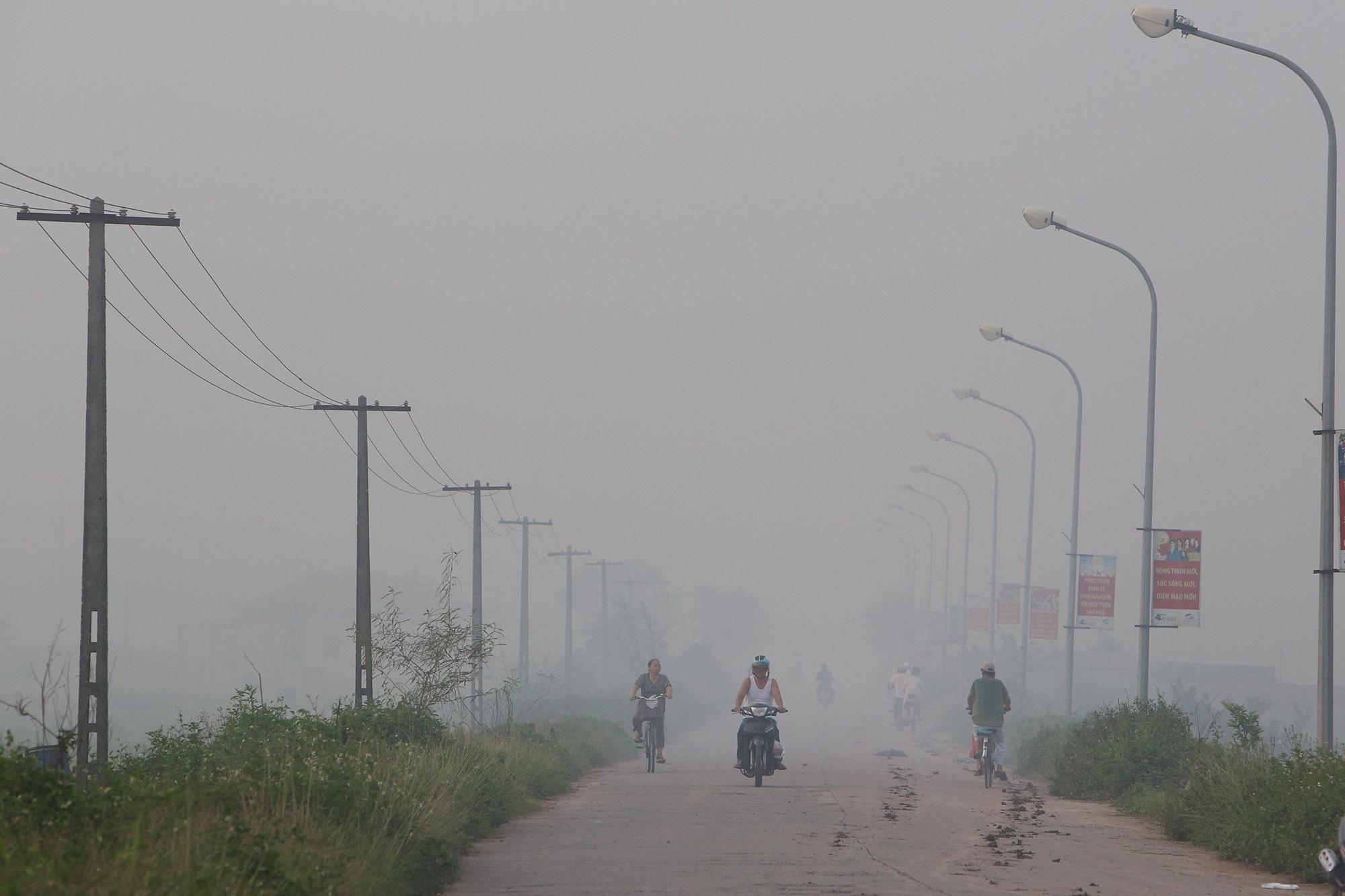 Cảnh khói trắng đặc quánh bao phủ cửa ngõ Hà Nội - 11