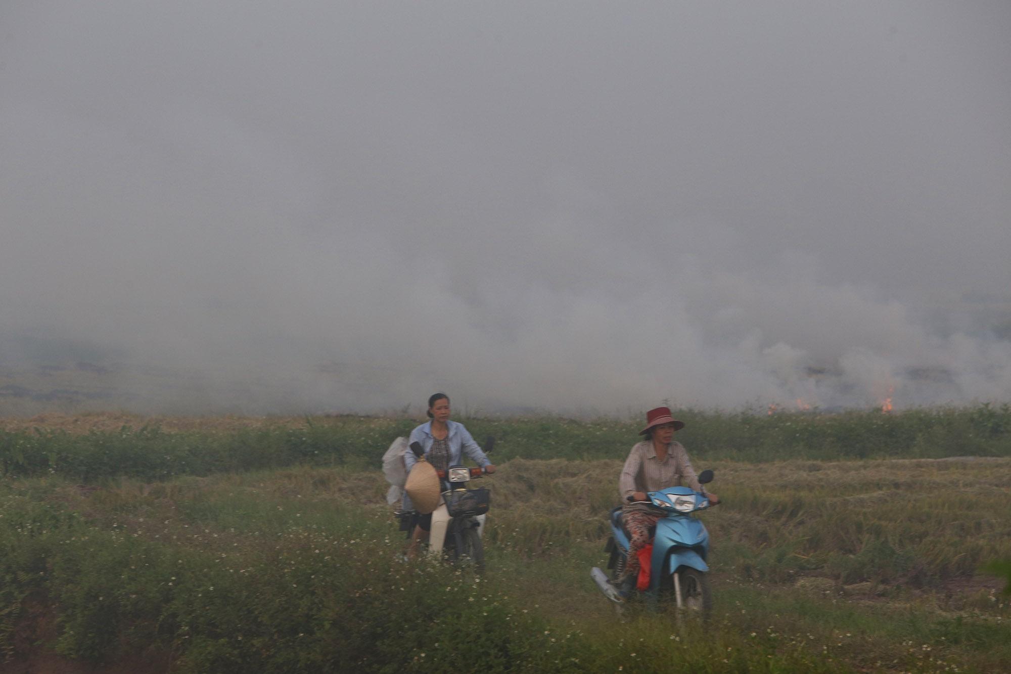 Cảnh khói trắng đặc quánh bao phủ cửa ngõ Hà Nội - 12