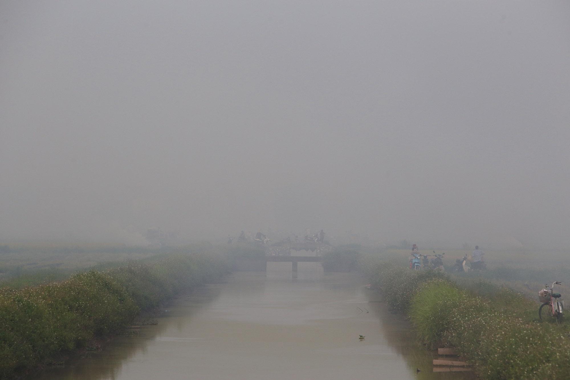 Cảnh khói trắng đặc quánh bao phủ cửa ngõ Hà Nội - 15