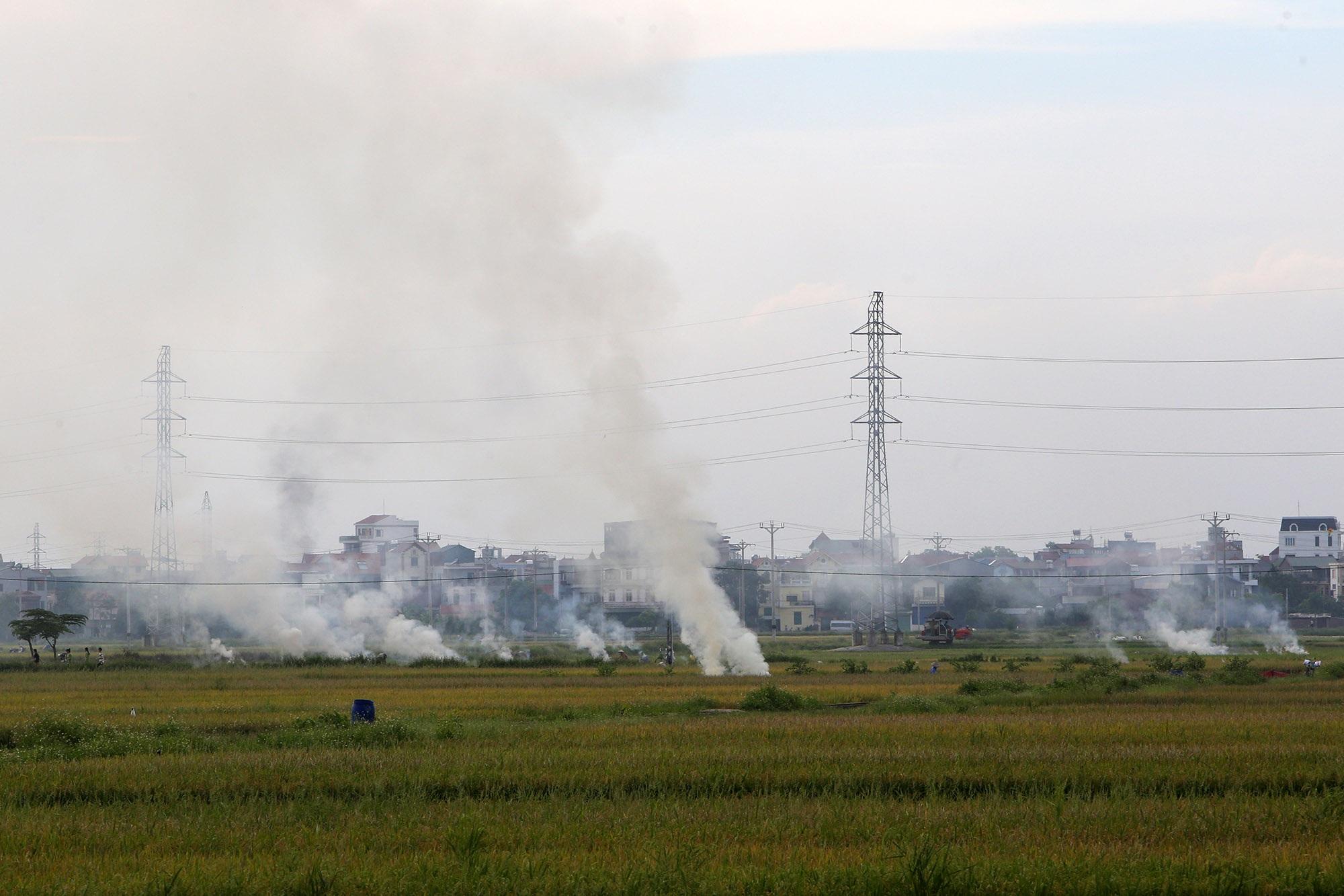 Cảnh khói trắng đặc quánh bao phủ cửa ngõ Hà Nội - 2