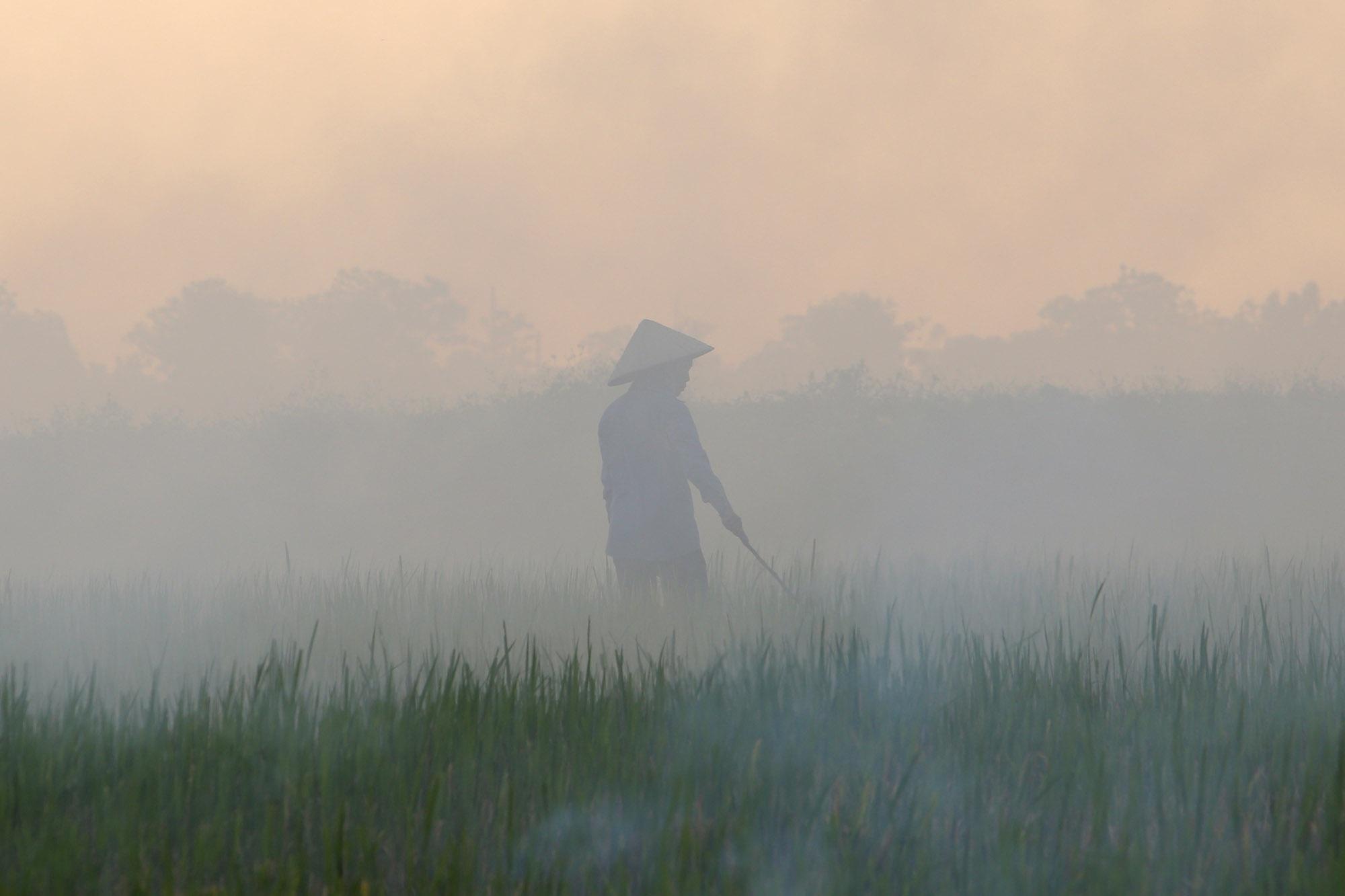 Cảnh khói trắng đặc quánh bao phủ cửa ngõ Hà Nội - 4