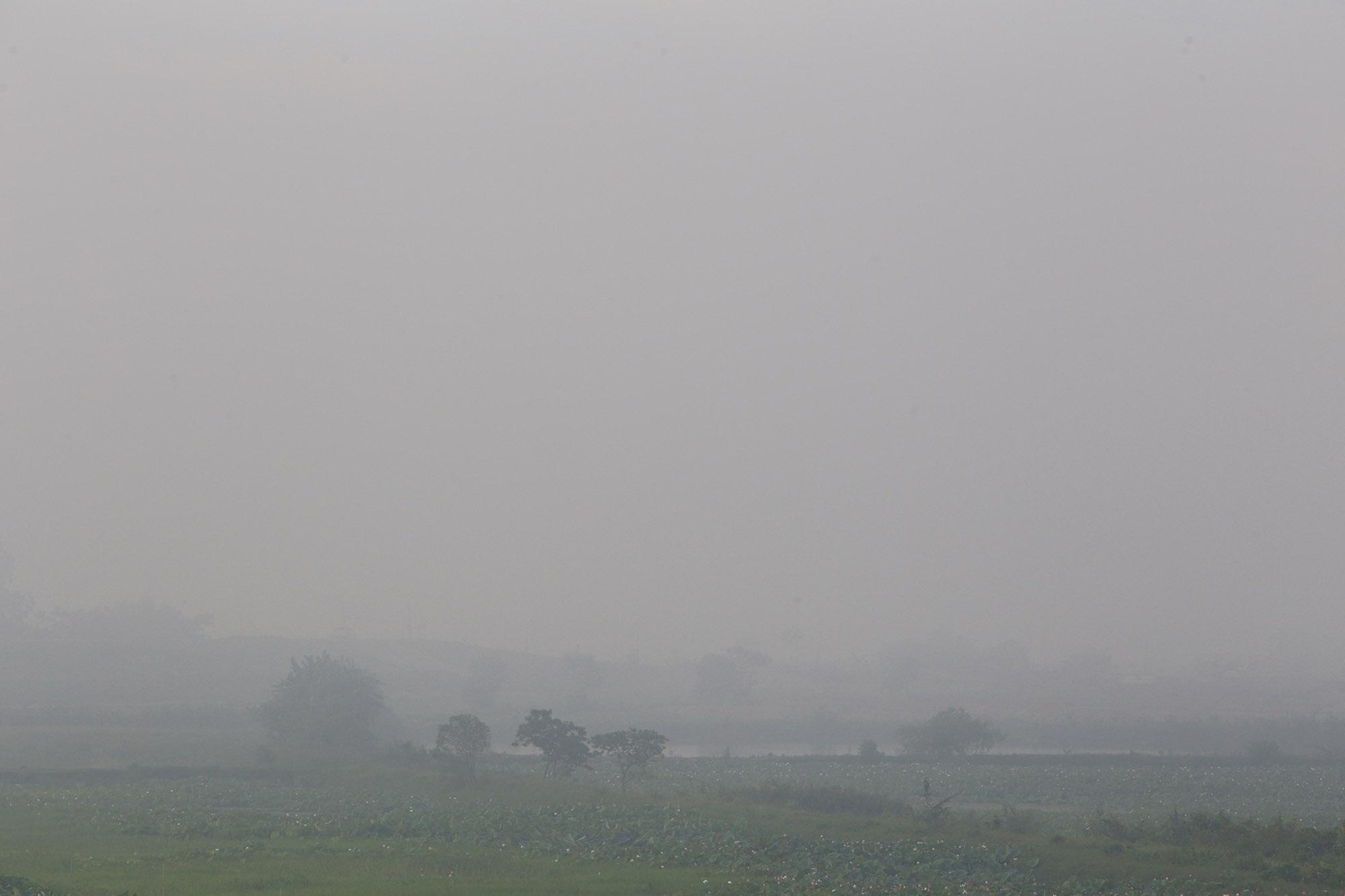 Cảnh khói trắng đặc quánh bao phủ cửa ngõ Hà Nội - 5
