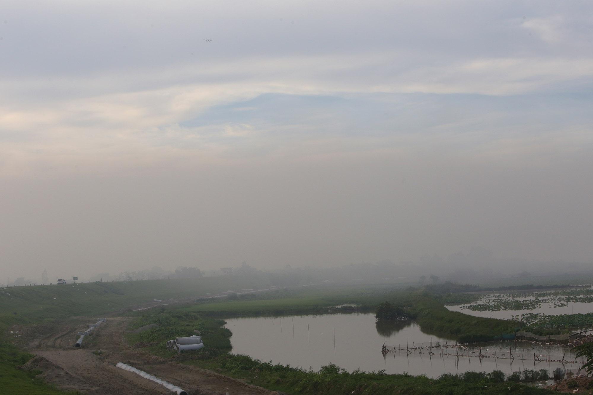 Cảnh khói trắng đặc quánh bao phủ cửa ngõ Hà Nội - 6