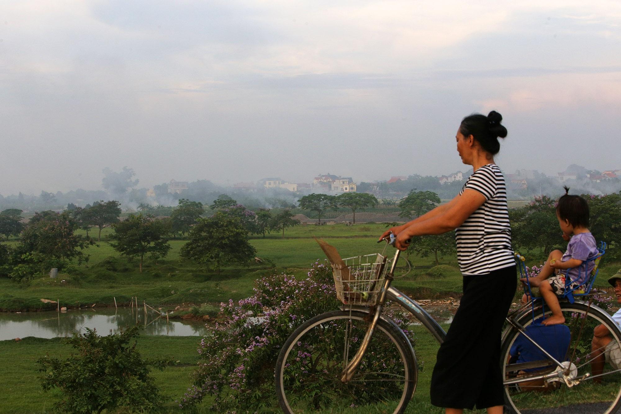 Cảnh khói trắng đặc quánh bao phủ cửa ngõ Hà Nội - 8