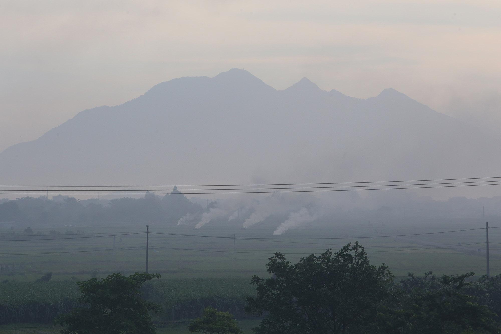 Cảnh khói trắng đặc quánh bao phủ cửa ngõ Hà Nội - 9