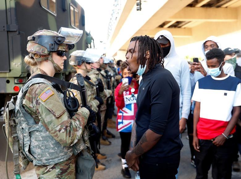 Hàng nghìn binh sĩ Mỹ tỏa khắp tuyến đường trấn áp bạo loạn - 10