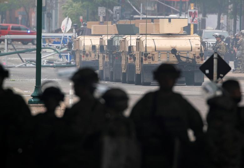 Hàng nghìn binh sĩ Mỹ tỏa khắp tuyến đường trấn áp bạo loạn - 11