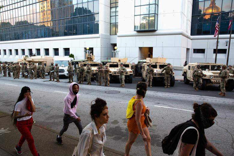 Hàng nghìn binh sĩ Mỹ tỏa khắp tuyến đường trấn áp bạo loạn - 12