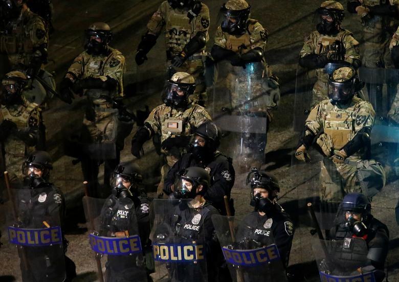 Hàng nghìn binh sĩ Mỹ tỏa khắp tuyến đường trấn áp bạo loạn - 13