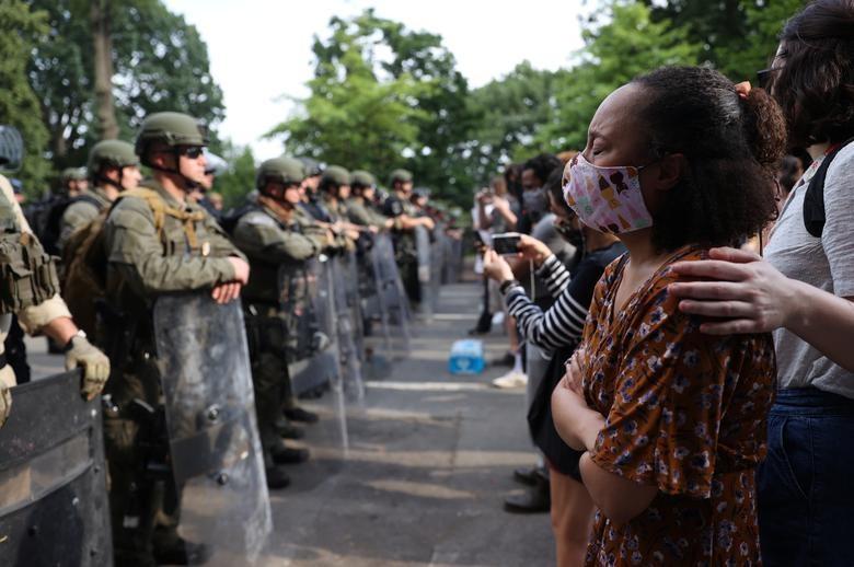 Hàng nghìn binh sĩ Mỹ tỏa khắp tuyến đường trấn áp bạo loạn - 15