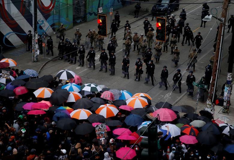 Hàng nghìn binh sĩ Mỹ tỏa khắp tuyến đường trấn áp bạo loạn - 4