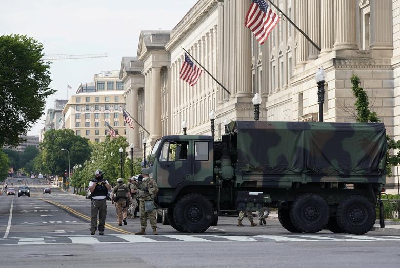 Hàng nghìn binh sĩ Mỹ tỏa khắp tuyến đường trấn áp bạo loạn - 9