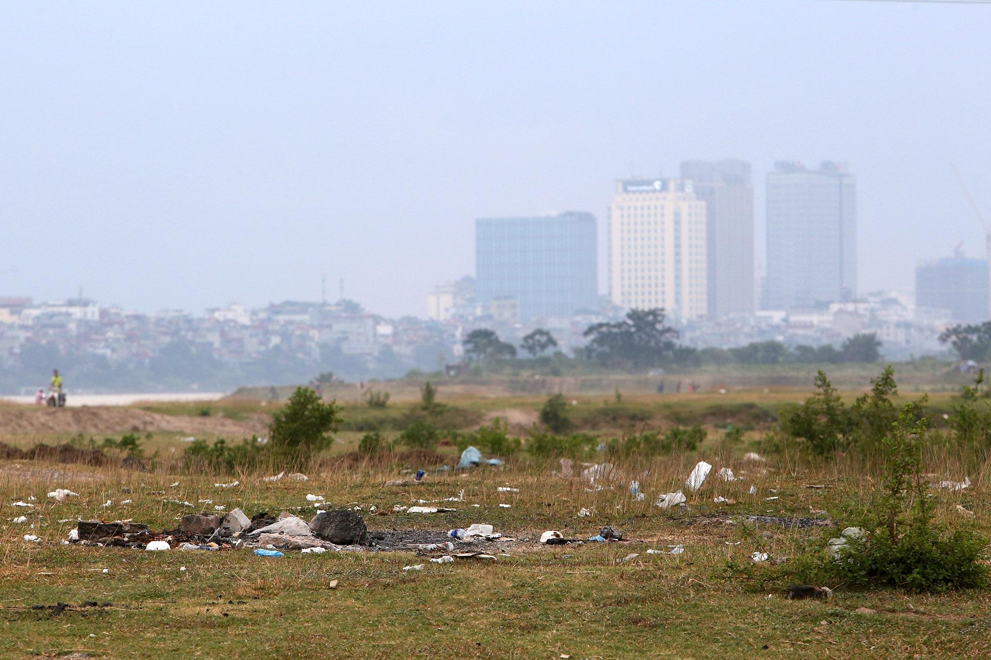 Xả rác tràn ngập bãi tự nhiên ven sông Hồng - 1