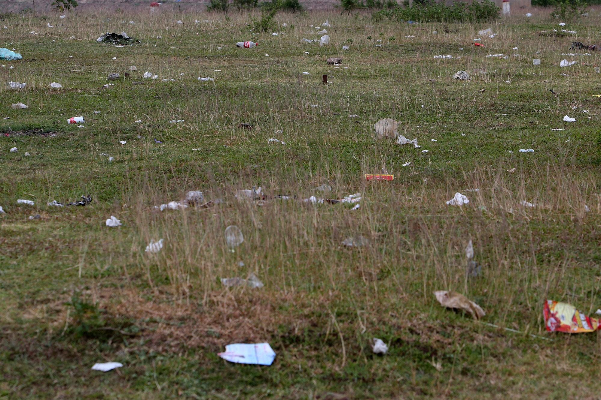 Xả rác tràn ngập bãi tự nhiên ven sông Hồng - 10