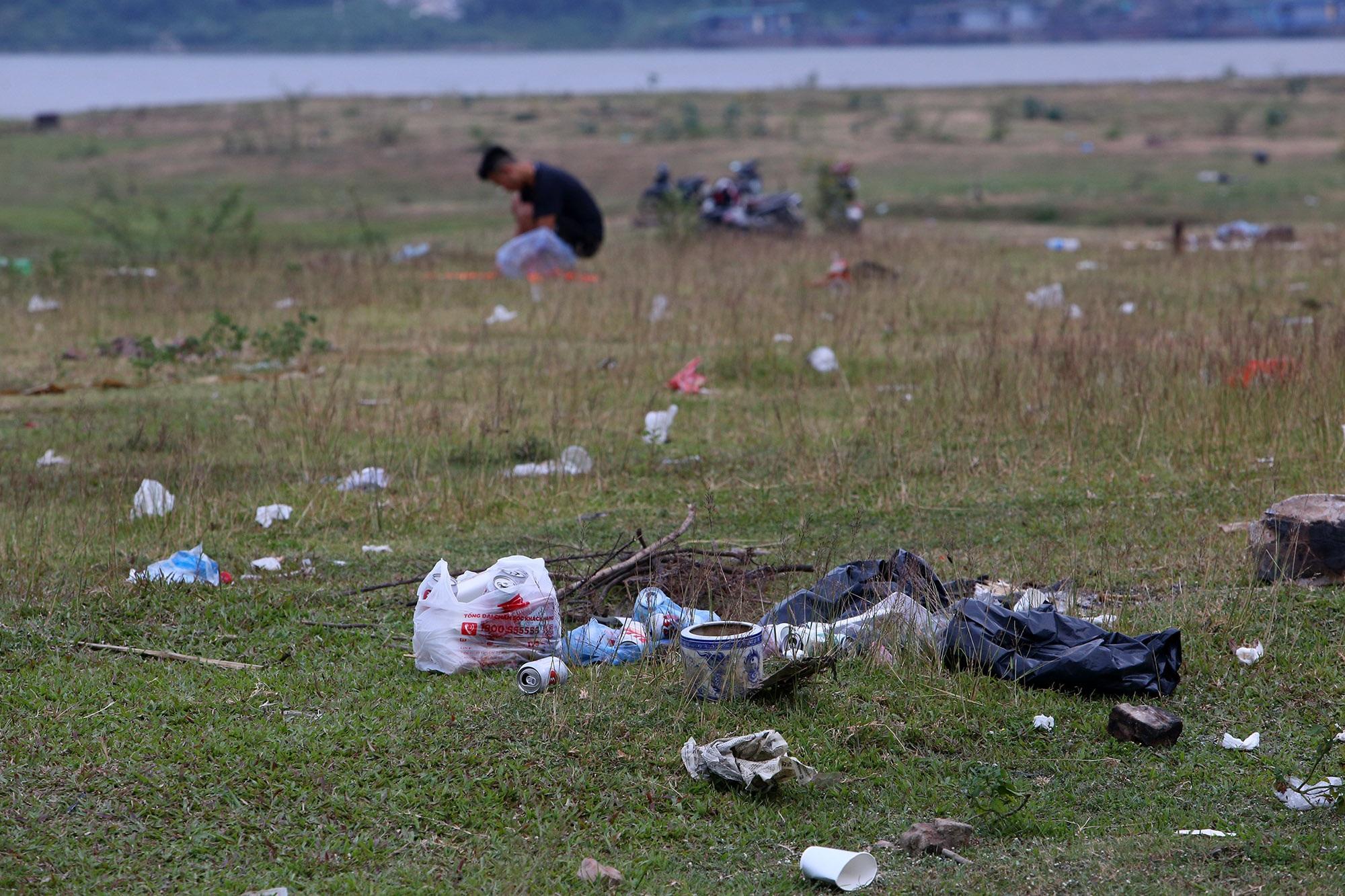 Xả rác tràn ngập bãi tự nhiên ven sông Hồng - 11